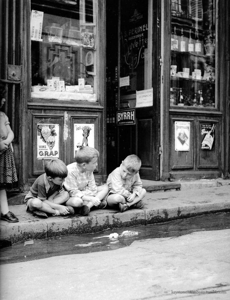 """"""" Et au milieu coule une rivière..."""" ( film de Robert Redford ) / Paris. / By Robert Doisneau,1955."""