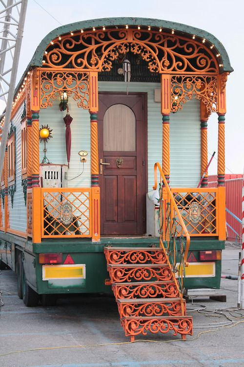 Gypsy Living Traveleing In Style  Serafini Amelia  like-rocks—in—-riots: Circus caravan. (Photo credits go to: Like Rocks In Riots)