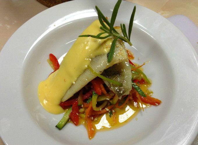 Запеченная рыба с голландским соусом и овощами