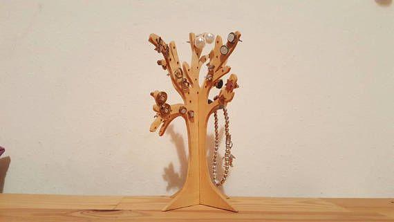 porta orecchini e gioielli a forma di albero, con fori per orecchini e rami per bracciali o anelli fatto in legno interamente a mano. due pezzi ad incastro per un totale di circa 50 fori, base stabile. alto circa 15 cm e largo circa 10 cm.