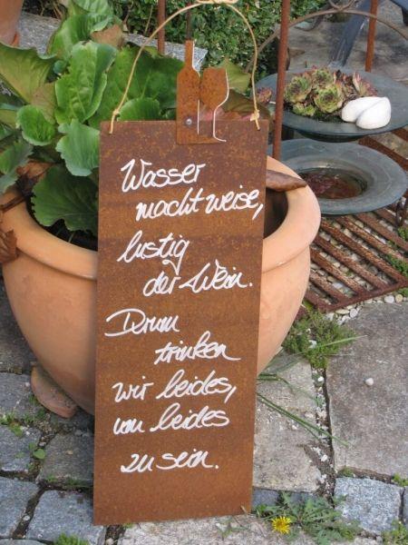 """Edelrost Schild mit Weinflasche und Glas """"Wasser und Wein""""  Wunderschönes Edelrost Schild mit Weinflasche und Glas als Dekoration für Haus und Garten.  Auch als Geschenk für gute Freunde und Bekannte eine tolle Idee.  Das Schild ist zum Hängen und wird inkl. Bastband geliefert.  Das Edelrost Schild ist mit folgendem Spruch versehen:  """"Wasser macht weise, lustig der Wein. Drum trinken wir beides, um beides zu sein.""""  Größe:      Höhe: 60 cm     Breite: 20 cm  Preis: 22,- €"""