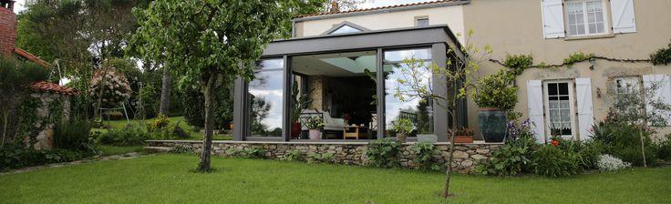 extanxia, véranda concept alu, vue extérieur avec pelouse puits de lumière et salon détente
