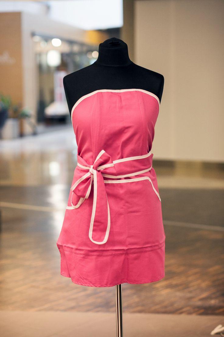 Gotować można w kolorowym i podkreślającym figurę fartuszku NyttaDesign.