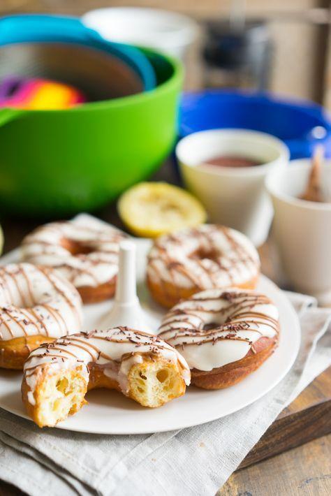 Настоящие американские пончики, никакого компромисса! Знаете ли вы, что в 2015 году компания Dunkin' Donuts празднует своё 65-летие? Вода — 30 г Дрожжи сухие — 7 г Молоко — 175 г Сахар — 60 г Сливочное масло — 40 г Яйцо — 1 шт Мука — 340 г Растительное масло Сахарная пудра Сок лимона .