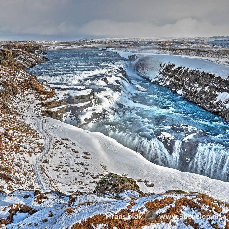 Winters beeld van Gullfoss, de Gouden Waterval, in de Hvítá, Witte Rivier, onderdeel van de gouden cirkel ten oosten van de IJslandse hoofdstad Reykjavik - Winter image of Gullfoss, the Golden Waterfall, in the Hvítá, or White River, part of the Golden Circle in the vicinity of Reykjavik, the capital of Iceland.
