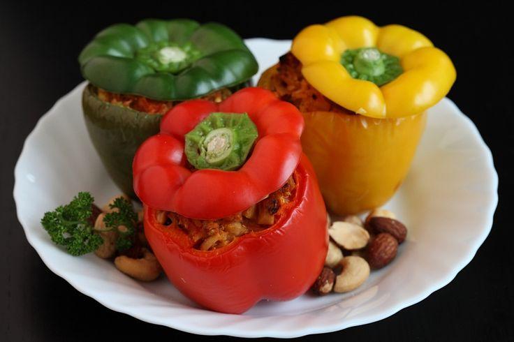 Paprika's zijn de ideale groente om te vullen. Je kunt er van alles in doen wat je lekker vindt! Voor dit recept wordt rijst, tofu en noten gebruikt, maar je kunt er volop mee variëren.