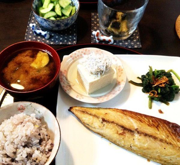 夕ご飯:焼き塩さば、ほうれん草フライドオニオン炒めおかか載せ、冷奴(ちりめんじゃこ)、茄子のお味噌汁、浅漬け2種(胡瓜、茄子)、雑穀米。