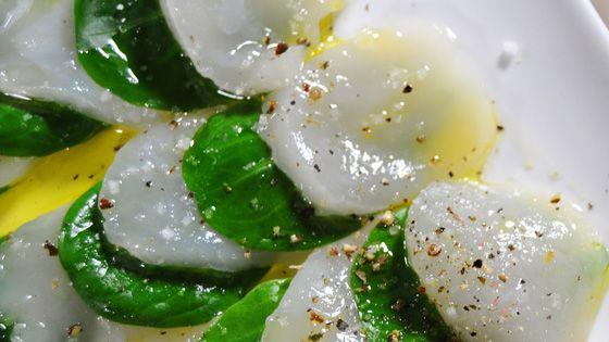 Carpaccio van sint-jacobsvruchten en truffelolie. Recept van Pascale Naessens.