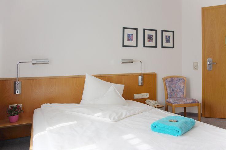 Genießen Sie ihren Aufenthalt im modern eingerichteten Hotelzimmer mit Queen-Size Bett.