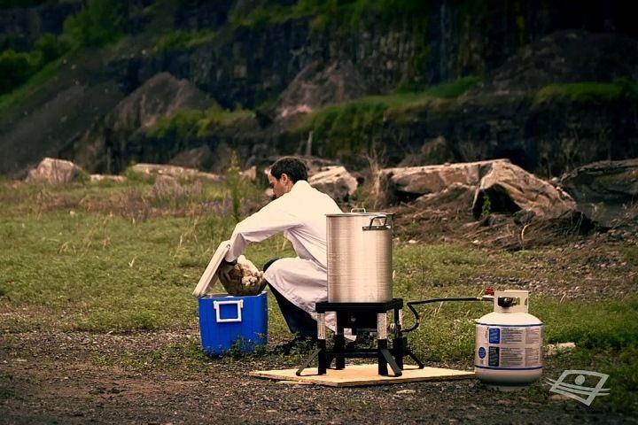 Le danger de plonger un aliment congelé dans l'huile bouillante a) Libération de substances cancérigènesb) Impossible de le cuire complètement.c) Risque d'incendie