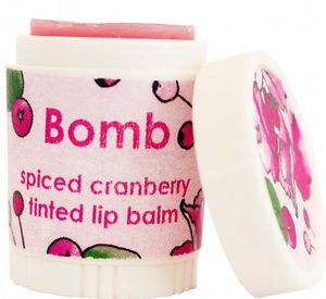 Spiced cranberry huulirasva on sävytetty pinkillä. Sen karpaloinen koostumus saa huulesi, sekä näyttämään että maistumaan upealta. Sivele huuliisi aina tarpeen mukaan.