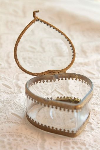 porte alliances écrin/ wedding ring box  http://atmospheremariages.fr/837-2871-thickbox/boite-a-alliances.jpg