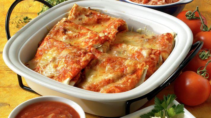 Enchilada er en smaksfull, gratinert rett fra Mexico. Den består av tortilla fylt med en deilig kjøttblanding. Server gjerne med ris, bønnestuing, salsa, ost, salat og grønnsaker.