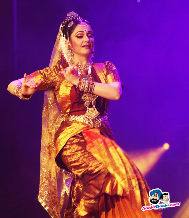 Actor Gracy Singh delivers a stunning dance performance at the Bollywood Festival 2015