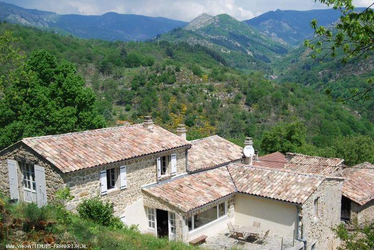 Vakantiehuis: Typisch oude Franse boerderij - luxueus verbouwd - prachtig vergezicht - woonkamer loopt uit op een groot terras voor buitenleven     te huur voor uw vakantie in Ardeche (Frankrijk)