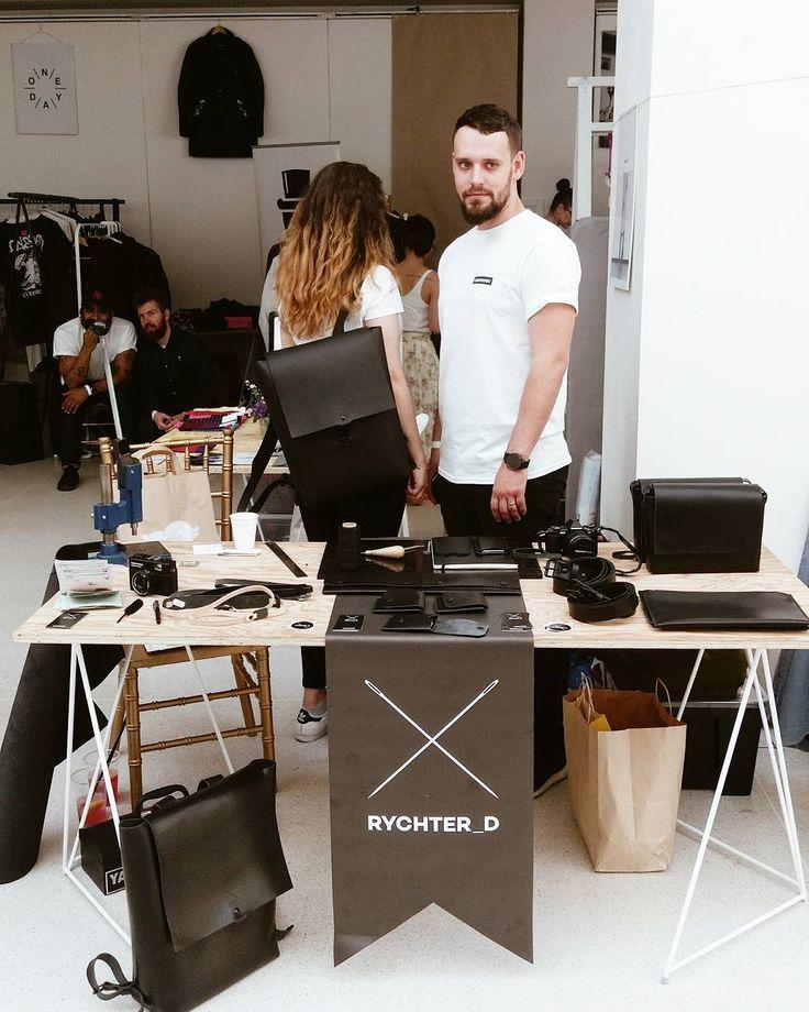 Včera jsem si poslechla super příběh od Dana který se věnuje originální tvorbě z kůže.  Precizní zpracování minimalistický design osobní přístup k práci i zákazníkovi. Znáte @rychter_d ?  #leather #czechmade #rychter_d #handmade #leathergoods / @lemarketprague by annerockwell #tailrs