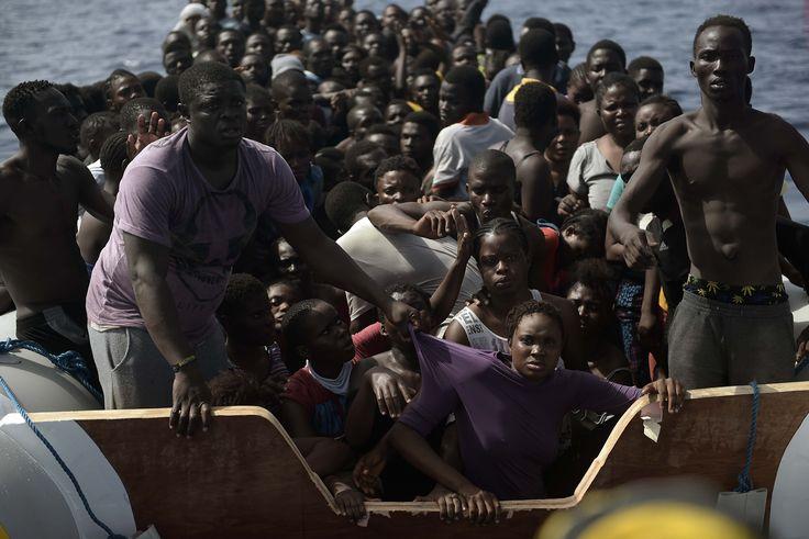 Migranti in attesa di essere soccorsi nel mar Mediterraneo, il 4 ottobre 2016. - (Aris Messinis, Afp)