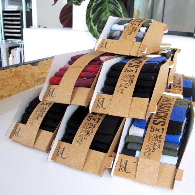 Часто ли вам приходилось выбрасывать носки из-за потери или порчи одного из них? Датская компания URU Design предлагает навсегда избавиться от парных носков. В коллекциях бренда Solosocks - только нечетное количество изделий. В общей цветовой гамме каждый носок имеет свой индивидуальный рисунок, поэтому не нуждается в паре.