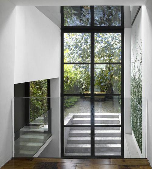Verrière verticale prise entre 2 cloisons, garde-corps verre, jardin