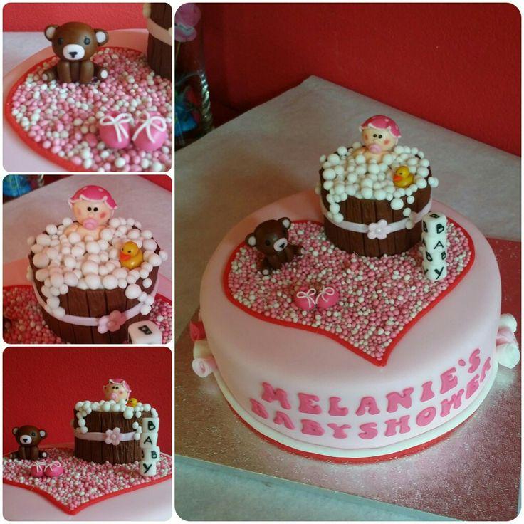 Grappige babyshower taart😃 Gemaakt door Zoet (Hetti Wolfs) Vanille biscuit gevuld met roze slagroom en chocolade, bekleed en gedecoreerd  met fondant🎀 I💗 cake!