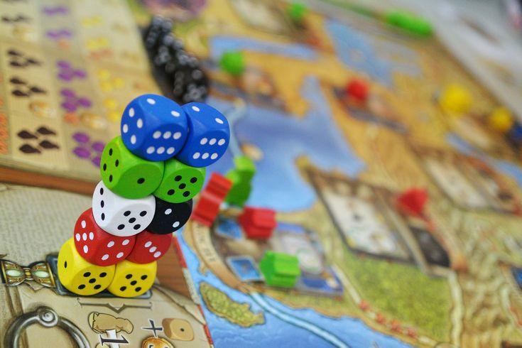 25 gier planszowych dla dzieci, w czterech kategoriach wiekowych.