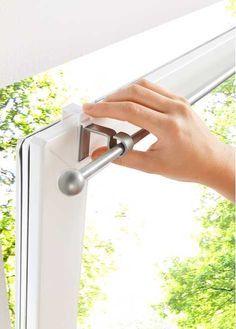 Jetzt anschauen: Diese Einhängestange ist total praktisch. Das Anbringen Ihrer Scheibengardine wird leicht wie nie! Hängen Sie einfach die Kunststoff-Träger über Ihren Fensterrahmen (Kantenbreite von ca. 1,5cm). Die Stange lässt sich ohne Bohren befestigen. So können auch Mietwohnungen mit Kunststofffenstern verschönert werden. Die ausziehbare Gardinenstange ist in verschiedenen Längen erhältlich und somit bestimmt auch für Ihr Fenster einsetzbar. Das mit einer Kugel verzierte Endstück…