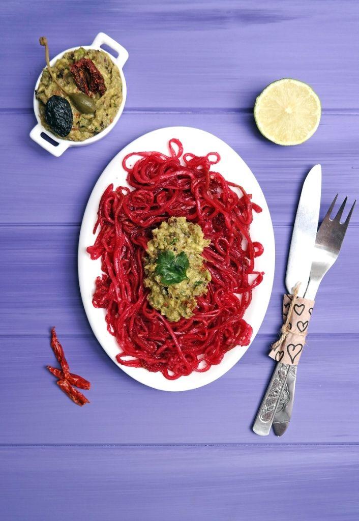 Spaghetti crudisti in salsa di guacamole mediterranea. Raw spaghetti in mediterrean guacamole sauce.