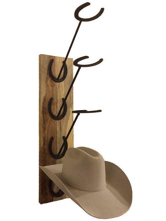 La madera para este estante del sombrero fue rescatada de la madera quemada en el incendio del bosque negro en 2013. Recientemente molido, el pino muestra gran coloración y manchas minerales. Cada pieza es única. Usted puede encontrar rojos, dorados, morados y grises destacando.  Cada pieza es mano molido y arena después cubierto con un acabado semi-gloss claro para poner en evidencia los colores naturales.  Las herraduras son todos nuevo y pintado negro plano para contrastar la madera…