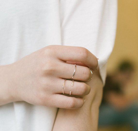 GOUD STAPELEN RING / / 14 k gf ring / / dun stapelbare gouden ring / / dagelijkse ring / / gehamerd goud / / mager gouden ring / / sierlijke ring