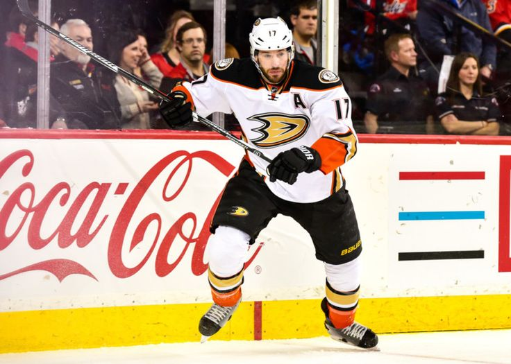 CALGARY, AB - DECEMBER 29: Anaheim Ducks Center Ryan Kesler (17) rushes during a game between the Calgary Flames and the Anaheim Ducks on December 29, at the Scotiabank Saddledome, in Calgary AB.(Photo by Jose Quiroz/Icon Sportswire)
