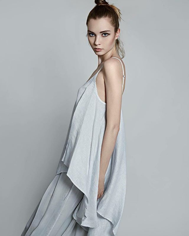Flowing elegant silk. #120percento #summer #silk #lookbook #model #fashion #pose #linen #120lino #style #outfit #elegant