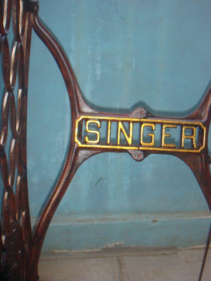 Kaki mesin jahit singer tua. Tampak detail siku samping kiri