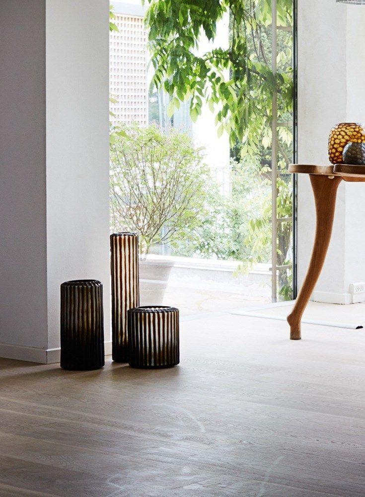 Gulvvaserne er af mundblæst glas fra Guaxs, de er købt på webshoppen The Architects Choice.