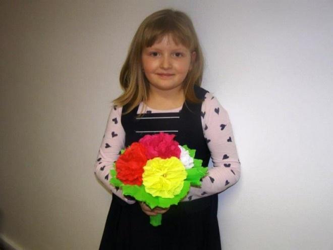 MAra si buchetul de flori din hârtie creponată