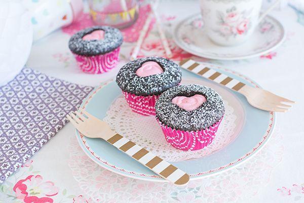 Cupcakes sobre plato de postre de la firma GreenGate La vídeo receta de esta semana está cargada de amor. Os voy a mostrar cómo hacer y decorar unos cupcakes especiales para San Valentín. Tienen un in