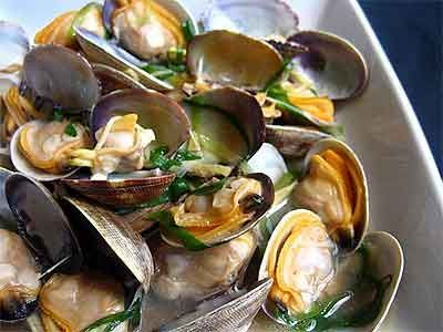 Receitas - Amêijoas à minha moda -  1 kg clams  3c. olive   2 clove (s) garlic, crushed (s)  1 lemon  Coriander (s) chopped (s)  Pepper to taste  salt to taste  let clams soak for a few hours. in wanter and salt , wash the clams, drain, olive oil in a pan,,  + chopped garlic+ clams + coriander. + salt + pepper . Cook, till clams remain open. + lemon juice -  serve immediately.