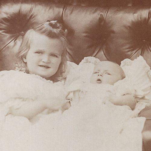 "ella-indigo: ""grootvorstinnen Olga (1895-1918) en Tatiana (1897-1918) Nikolaevna, dochters van Tsaar Nicolaas II (1868-1918), in 1897"""