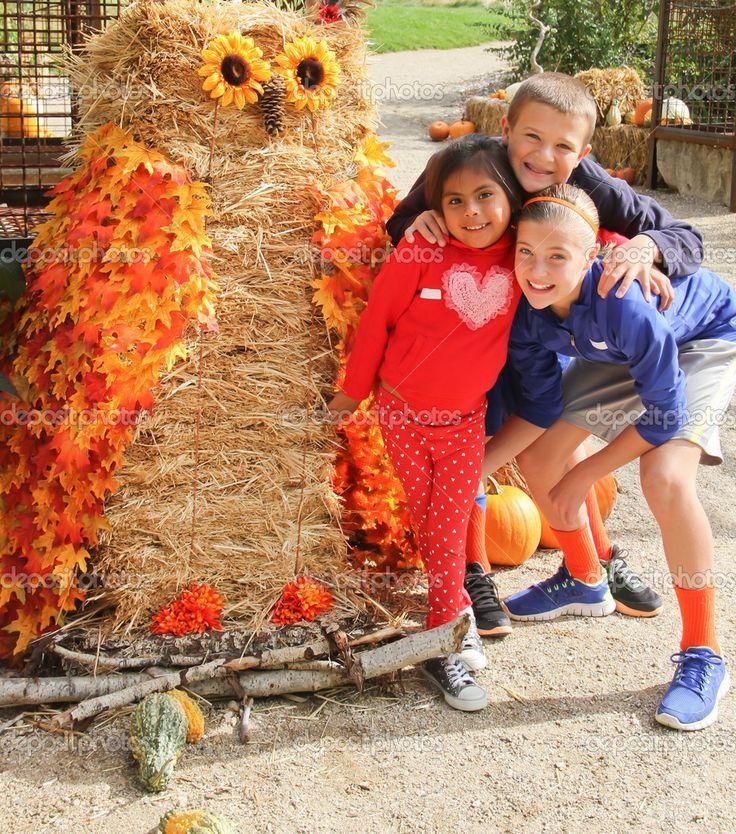 Enfants avec épouvantail chouette géante — Photographie davetroesh ...