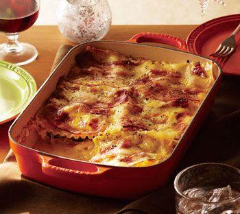 ズッキーニ、トマト、たまねぎといった野菜にベーコン、クリームソース、チーズを加えたカルボナーラ風のラザニア。たくさん人数がいるときにはたっぷりつくれて少しずつでも味わってもらえるメニューがおすすめです。かわいい鍋で焼いてそのまま持っていきたいですね。
