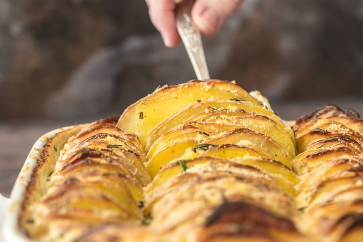 Esta bandeja de papas horneadas con queso boursin, es una preparación que te encantará. A continuación su exquisita receta: