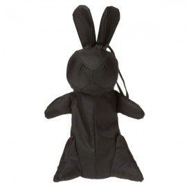 Zara ha sacado a la venta uno de los paraguas más extraños que hemos visto, uno que se oculta en una funda con forma de conejo negro.