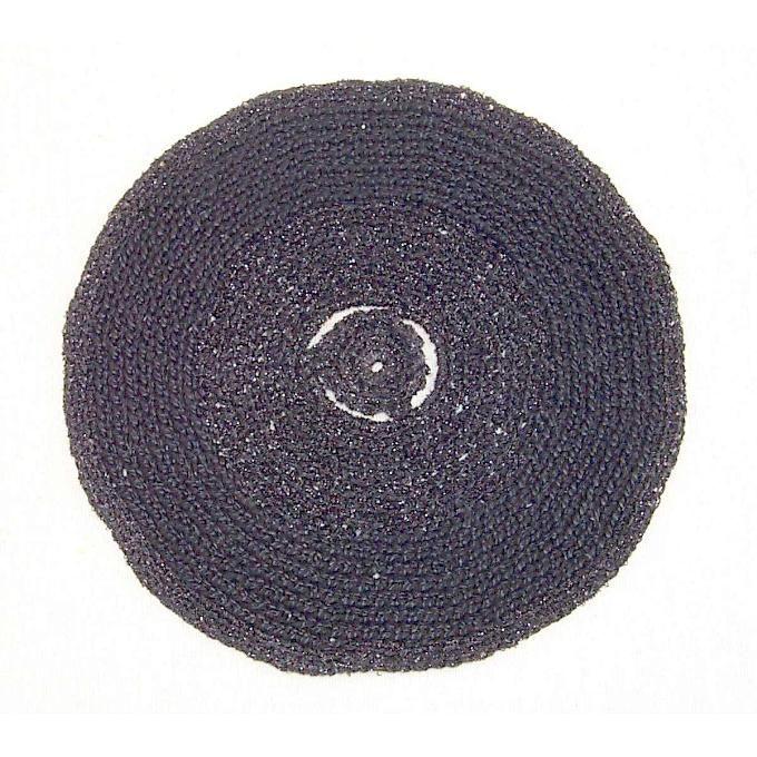 'E.P.' Zwart gehaakt '33-toeren grammofoonplaatje' (E.P. single-tje) in twee materialen (lurex en acryl) gehaakt.