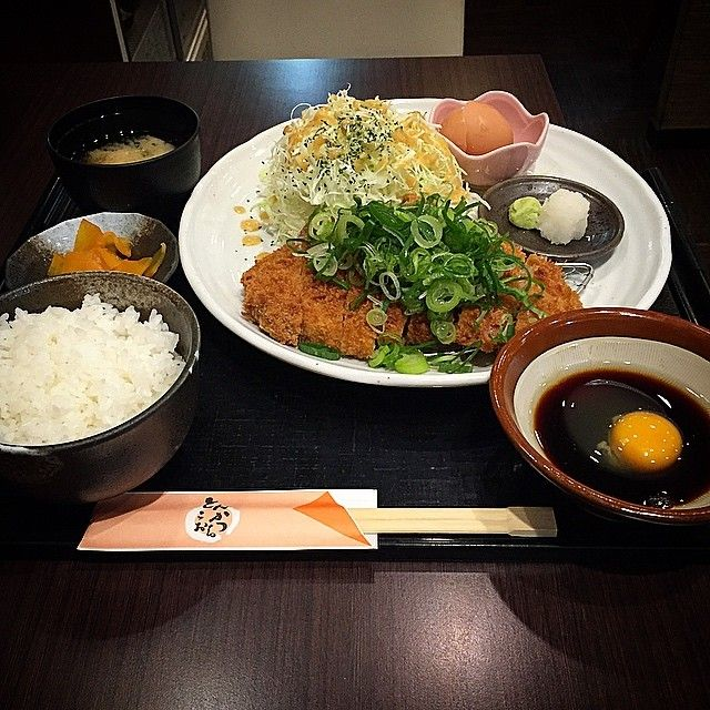 大阪市上本町のハイハイタウンにある「とんかつこおち 上本町店」で揚げだしねぎとんかつ膳の180g(120gも有り)をいただきました☆  こちらは醤油ベースのあまからだれに生卵をとじて大根おろし、わさびなどと一緒にいただきます!  店名はこおちですが豚肉は島根県産ボローポークの上ロースを使用との事で柔らかくジューシーでした☆  卓上に甘口、辛口ソース、塩やカラシもありそちらも拝借しなごら、色んな味で楽しみました!(ランチはご飯•味噌汁•キャベツの中から一つお替り無料)  I ate pork cutlet set meal at Osaka☆  #日本 #大阪 #上本町 #ランチ #大盛り #東京カメラ部 #大阪カメラ部 #グルメ #写真 #色 #肉 #とんかつ #卵 #俺のネギコレクション #野菜 #japan #osaka #instajapan #food #gourmet #photo #nice #good #cool #color #fresh #gourmet #hot #set #full