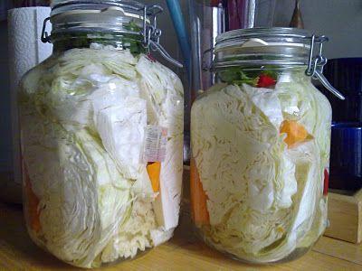 Τι θα χρειαστούμε;   2 κιλά λάχανο  3 καρότα  1/4 σέλινου  3 σκελίδες σκόρδο  2