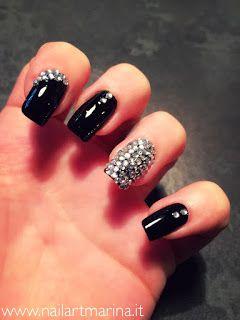 Decorazioni unghie con strass e brillantini.