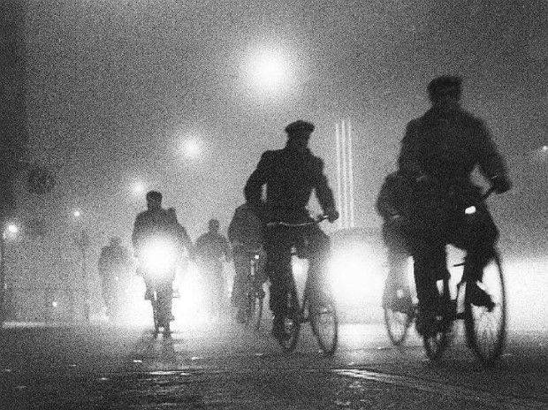 Cykelister på vej i tåge. sort - hvid