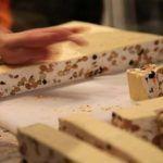 Îţi e poftă de un desert delicios şi foarte uşor de făcut? Încearcă să faci nuga perfectă! INGREDIENTE: – 5 albusuri – 200 g miere – 300 g zahar – zeama de lamaie – 1 plic zahar vanilat – 200 … Continue reading →