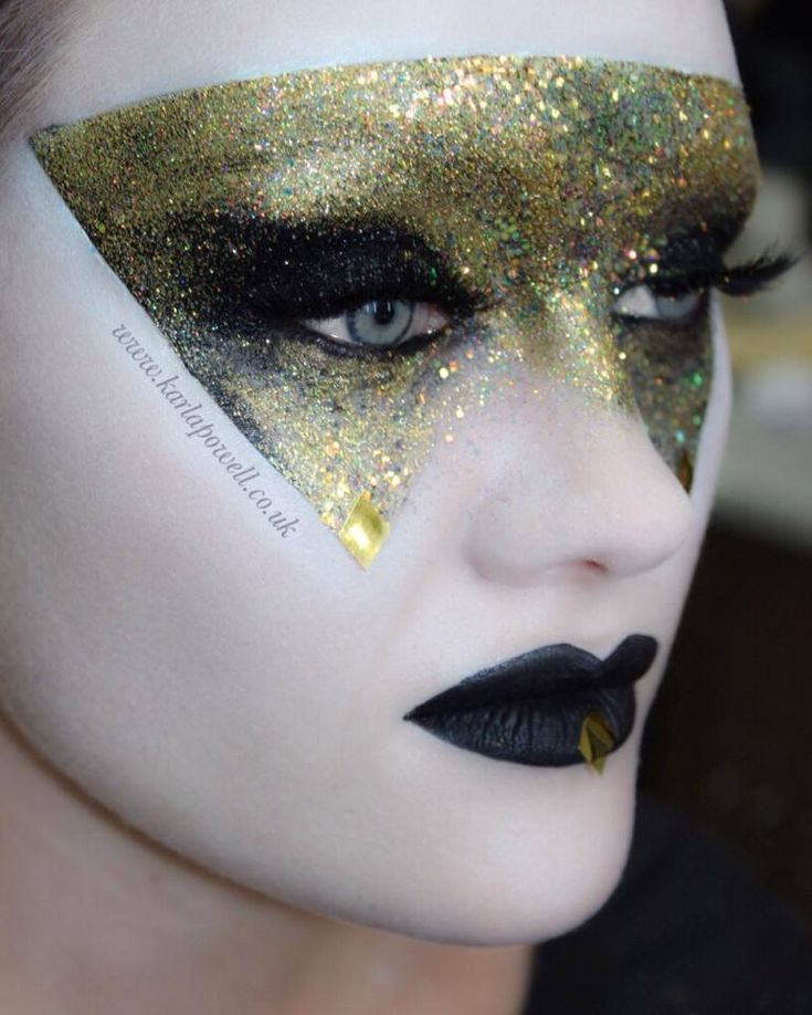 Playing with Glitter again…  Teaching my Glitter make-up application techniques at School of Make-up this week. So fun!  Who else lov...