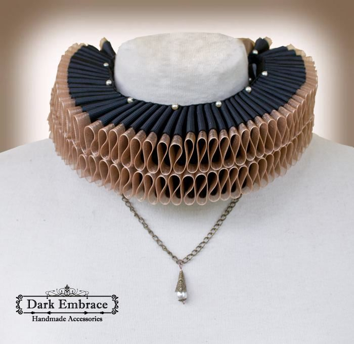 Dark Embrace Handmade Accessories - www.facebook.com/www.Dark.Embrace.Handmade.Accessories / Double elizabethan black and beige-brown ruff collar decorated with pearl beads and connected to antique bronze chain / Shop: www.darkembrace.gr / #collar #goth #gothic #gothicaccessories #gothicjewelry #gothiccollar #victorianaccessories #victorianjewelry #victoriancollar #elizabethan #elizabethancollar #ruffcollar