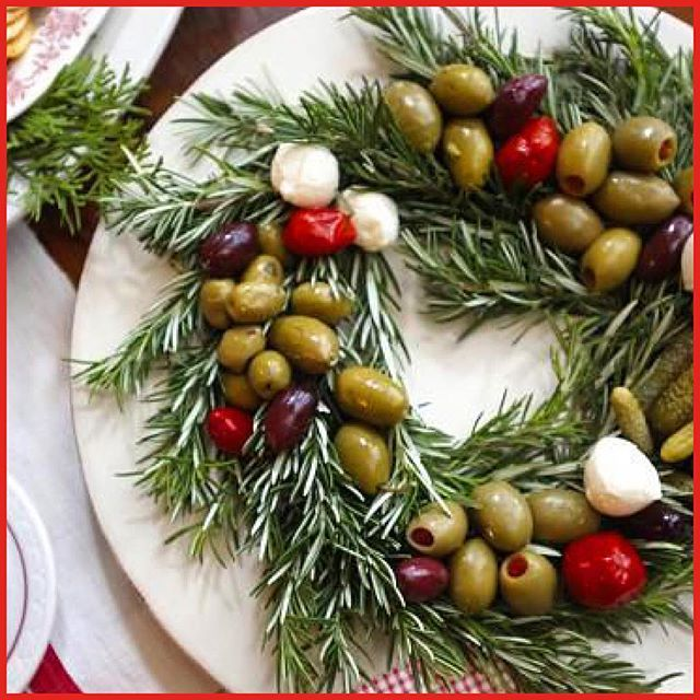 December 7: a delicious and lovely decoration for the Christmas cocktail you easily make with olives on a rosemary wreath.⠀ #adventcalendar #adventskalender #christmas #olives # rosemary #wreath